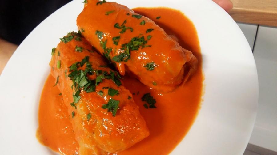 Zapraszamy na gołąbki w sosie pomidorowym.